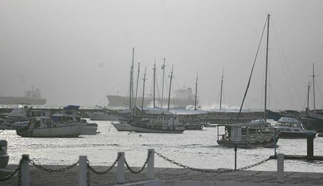 Tempo fechado na área do terminal náutico do Comércio - Foto: Raul Spinassé l Ag. A TARDE
