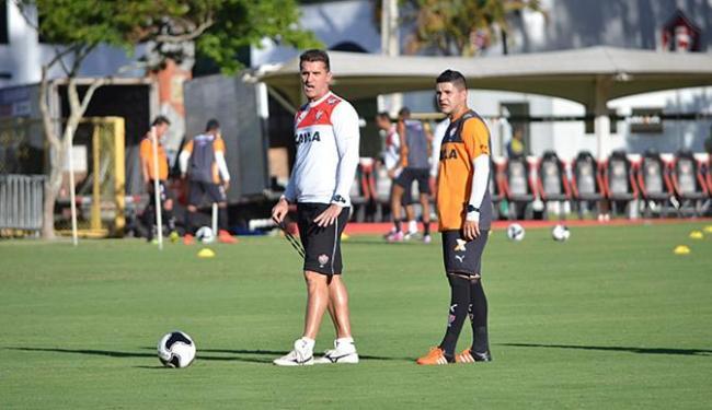 Técnico Vagner Mancini ao lado do capitão Diego Renan, em treino para encarar o Corinthians - Foto: Francisco Galvão l EC Vitória