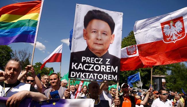 Manifestantes acham que o governo tem uma postura antidemocrática - Foto: Agência Reuters