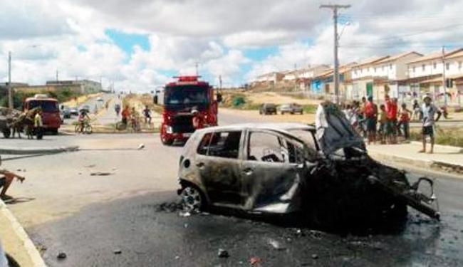 Veículo ficou destruído após ser incendiado por moradores - Foto: Reprodução   Blog do Anderson