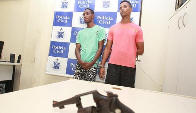Wendel (de vermelho), autuado em flagrante, Mateus (verde) e o adolescente moram em Itinga - Foto: Joá Souza | Ag. A TARDE