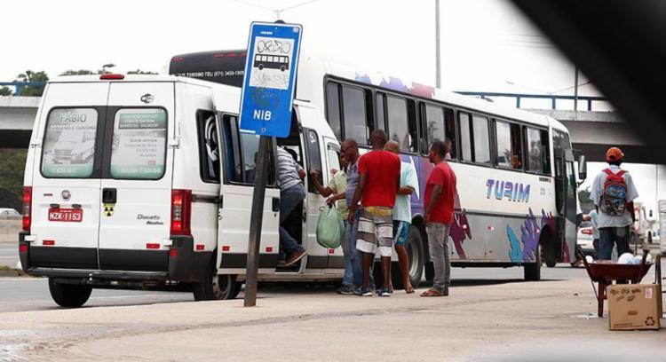 Micro-ônibus, topics e carros comuns rodam diariamente pela cidade - Foto: Lucas Melo | Ag. A TARDE