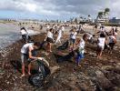 Grupo de 80 voluntários limpa praia de Itapuã - Foto: Lucas Melo | Ag. A TARDE
