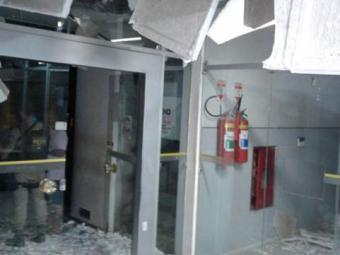 Bandidos explodem o cofre do Banco do Brasil - Foto: Foto: Informe Baiano