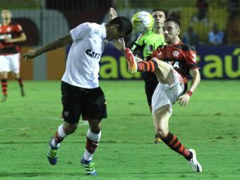 Jogadores do Vitória e do Flamengo disputam bola na partida - Foto: Gilvan Souza | CR Flamengo