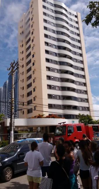 Bombeiros estão no local para controlar o fogo - Foto: Luciano da Matta | Ag. A TARDE