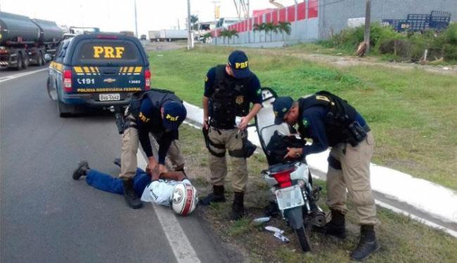 Os policiais encontraram com o motociclista quatro pacotes com drogas - Foto: Divulgação   PRF