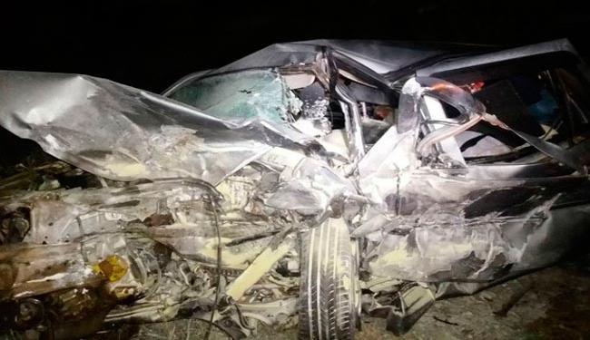 Veículo ficou totalmente destruído e motorista ficou preso às ferragens - Foto: Reprodução   Hora da Verdade