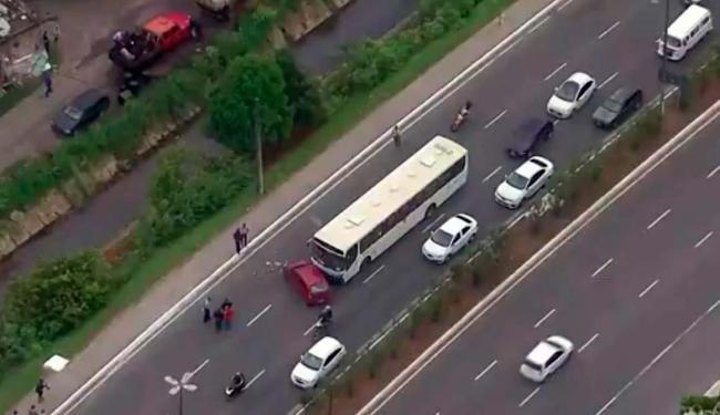 Acidente entre ônibus e carro de passeio ocorreu na Luís Eduardo - Foto: Reprodução | TV Bahia
