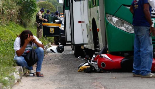 Acidente envolvendo uma moto e um ônibus ocorreu na BR-324 - Foto: Lucas Melo | Ag. A TARDE