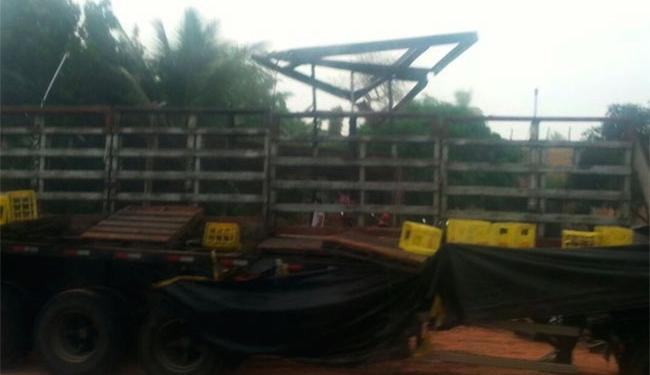 Parte da carga foi danificada com o acidente - Foto: Dulce Santana | Reprodução | Voz da Bahia