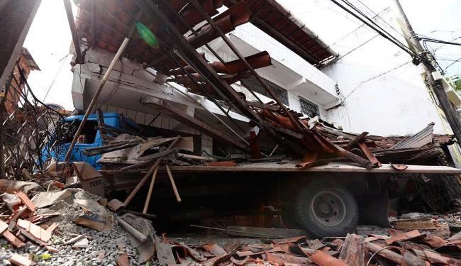 Caminhão invadiu casa no bairro de Praia Grande - Foto: Lucas Melo   Ag. A TARDE