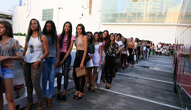 Jovens com idade entre 16 e 30 anos se inscreveram no shopping de Salvador nesta quarta-feira - Foto: Joá Souza l Ag. A TARDE