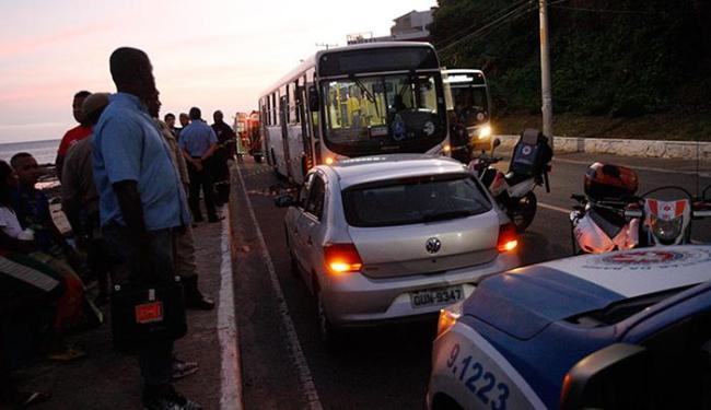 Assaltantes anunciaram o roubo na avenida Oceânica, no bairro de Ondina - Foto: Margarida Neide l Ag. A TARDE