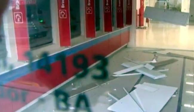 Por conta da explosão, o teto da agência, onde estão os caixas eletrônicos, ficou destruído - Foto: Reprodução   TV Bahia