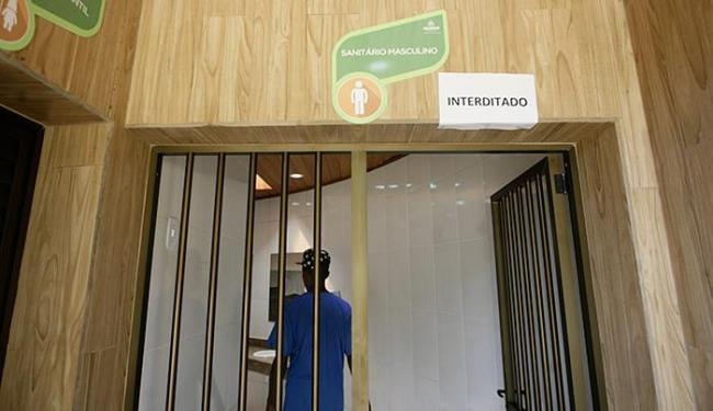 Um sanitário teve de ser interditado, por ter ficado entupido, após reinauguração - Foto: Raul Spinassé / Ag. A TARDE