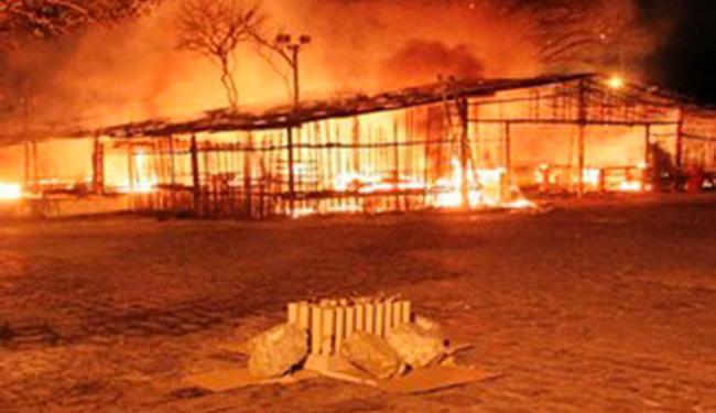Barraca é incendiada durante procissão após queima de fogos em Itagimirim - Foto: Foto: Rafael Amaral / rastro101