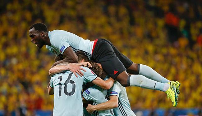 Jogadores da Bélgica celebram o gol de Nainggolan - Foto: Eric Gaillard l Reuters
