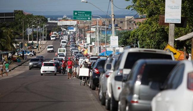 Motoristas de carro esperam até 3h para embarcar em Bom Despacho com sentido a Salvador - Foto: Raul Spinassé | Ag. A TARDE 26.06.2015