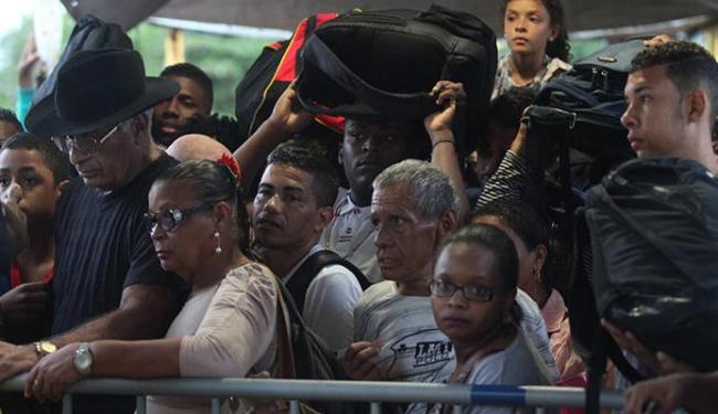 Público enfrentou grandes filas para comprar os bilhetes para embarcar no ferryboat - Foto: Lúcio Távora   Ag. A TARDE