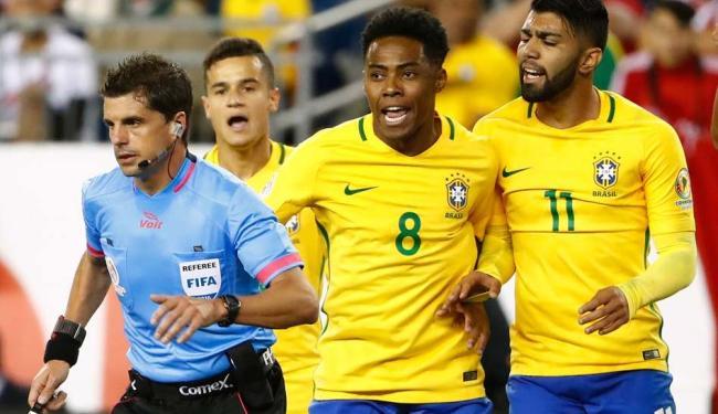 Jogadores do Brasil reclamam com o árbitro após a validação do gol de mão do time adversário - Foto: Reuters