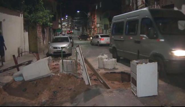 Com buraco, ônibus não conseguem passar por rua nesta quarta-feira - Foto: Reprodução | TV Bahia