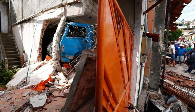 Caminhão invadiu uma casa na rua Pedro Lopes, no bairro de Praia Grande - Foto: Lucas Melo   Ag. A TARDE