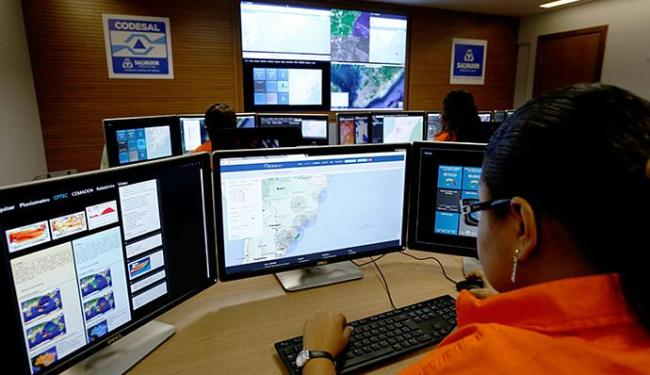 Meteorologistas, estatísticos e geólogos se revezam em três turnos no centro - Foto: Lucas Melo l Ag. A TARDE