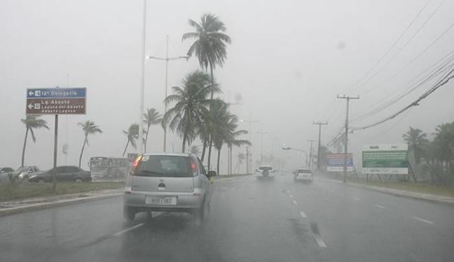 Os motoristas que trafegam por Salvador neste sábado, 18, devem ficar atento a pista molhada - Foto: Edilson Lima   Ag. A TARDE