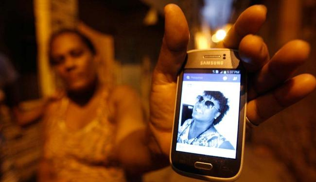 Cintia mostra foto da irmã transexual assassinada - Foto: Luiz Tito | Ag. A TARDE