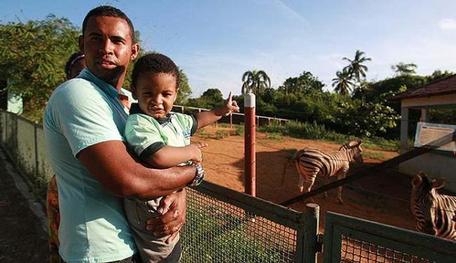 Cleber Santos fica atento ao pequeno Liel, 2 anos, quando visitam o zoo - Foto: Mila Cordeiro | Ag. A TARDE
