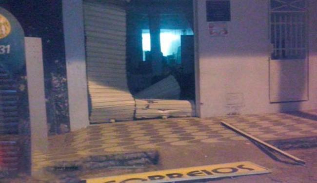 Agências dos Correios ficou parcialmente destruída após a ação crminosa - Foto: Reprodução   Site O Baianão