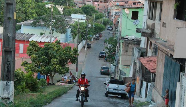 Crime ocorreu na rua que fica a Base Comunitária de Segurança - Foto: Joá Souza   Ag. A TARDE   26.11.2012