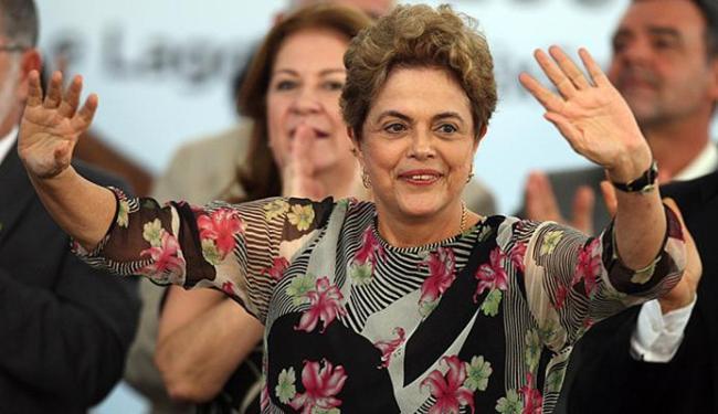Presidente afastada também participa de ato no estacionamento da Assembleia - Foto: Lúcio Távora | Ag. A TARDE