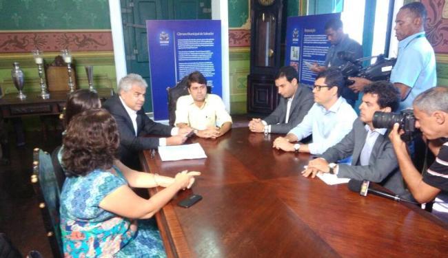 Documento foi entregue, na manhã desta terça, ao vereador Paulo Câmara - Foto: Luan Santos | Ag. A TARDE