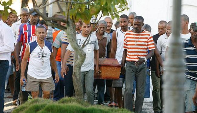 Familiares e amigos de seu José foram ao cemitério para dar o último adeus - Foto: Joá Souza l Ag. A TARDE