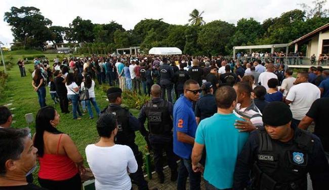 Amigos, familiares e colegas da Guarda Municipal foram prestar homenagens - Foto: Margarida Neide   Ag. A TARDE
