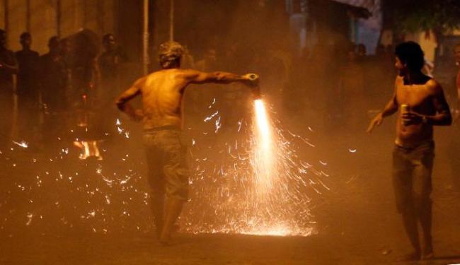 Em Cruz das Almas, as espadas são as grandes causadoras de queimaduras - Foto: Lúcio Távora   Ag. A TARDE   24.6.2013