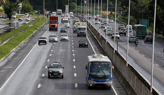 Lei determina que veículos circulem de dia com luz baixa nas estradas - Foto: Lucas Melo l Ag. A TARDE