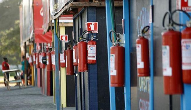 Extintores estão dispostos em locais de fácil alcance, para eventuais situações de emergência - Foto: Adilton Venegeroles l Ag. A TARDE