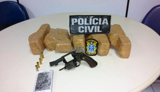 Revólver e drogas foram encontrados em posse de suspeitos - Foto: Divulgação   Polícia Civil