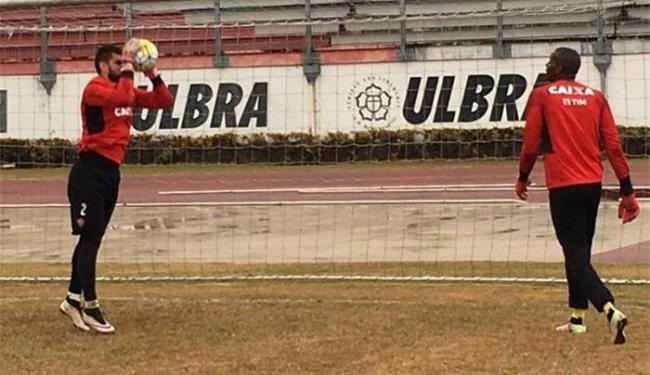 Os goleiros Fernando Miguel e Caíqeu fizeram trabalho específico - Foto: Divulgação l EC Vitória