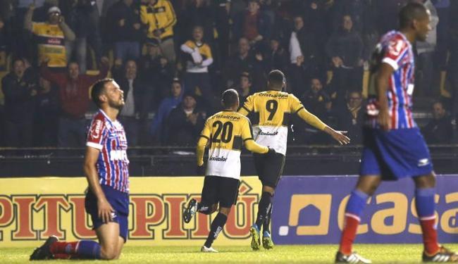 Lucas Fonseca se ajoelha lamentando o gol do Criciúma - Foto: Fernando Remor | Mafalda Press | Estadão Conteúdo