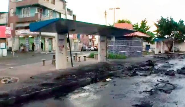 Três ônibus foram incendiados no final de linha do bairro da Pero Vaz - Foto: Reprodução | Rede Bahia
