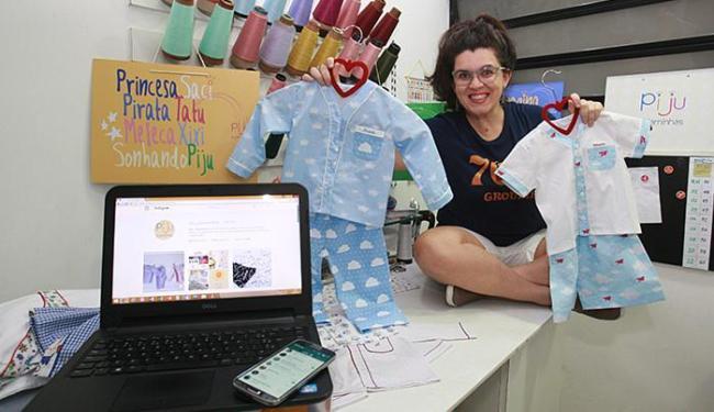 Flávia, da Piju Pijaminhas, faz contatos, negocia e vende pelos aplicativos - Foto: Mila Cordeiro l Ag. A TARDE