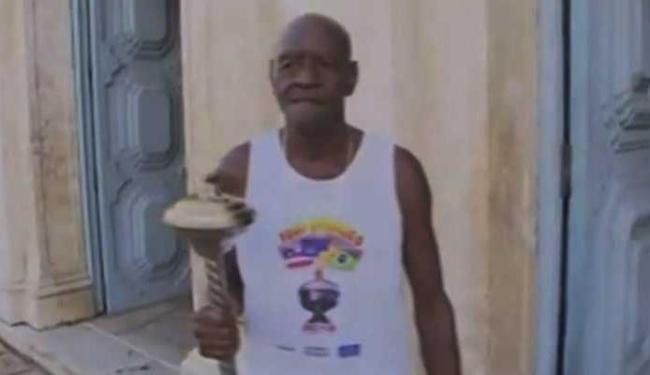 Zé de Zuza, atleta mais antigo da cidade de cachoeira, foi o primeiro a conduzir a tocha - Foto: Reprodução | TV Bahia