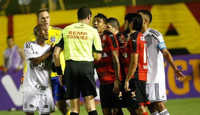 Jogadores dos dois times cercam o árbitro após o segundo gol anulado do VItória - Foto: Margarida Neide | Ag. A TARDE