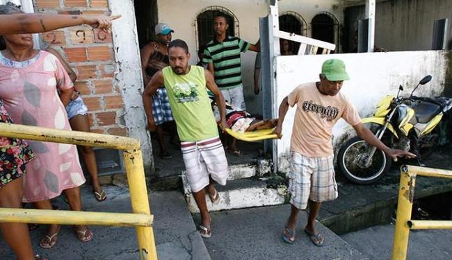 Idosa foi resgatada com ajuda dos vizinhos e de agentes do Samu - Foto: Adilton Venegeroles | Ag. A TARDE