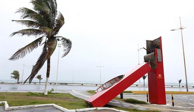 Letreiro do Habib´s caiu pelo forte vento, mas não feriu ninguém - Foto: Lucas Melo | Ag. A TARDE