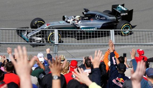 O piloto inglês, por sua vez, superou com folga o seu companheiro de equipe, Nico Rosberg - Foto: Chris Wattie   Ag. A TARDE